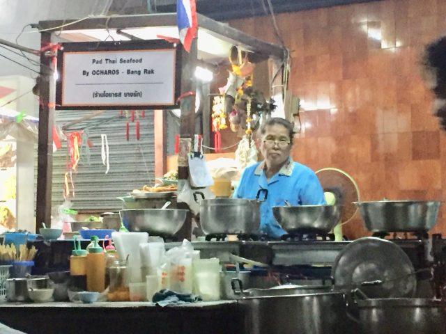 タニヤ通からアクセス良し!夜遊び後に行けるシーロムのタイ料理屋台
