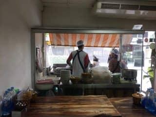 シーロム通りにあるランチで賑わう北タイ料理カオソーイに病みつき